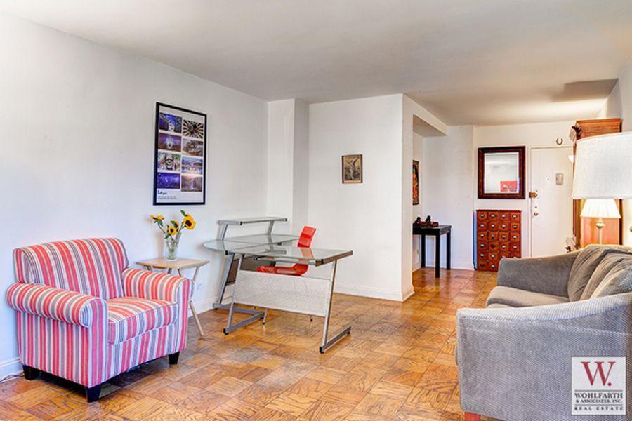 268 East Broadway Livroom